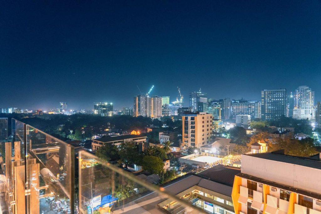 Yello hotel amarillo night sky view